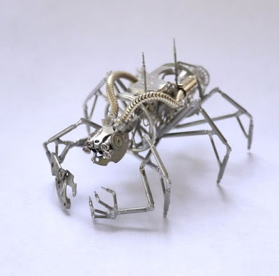Insecto con patas y tentáculos hecho con material reciclado