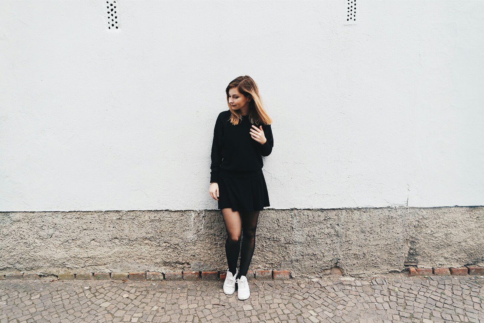 Weibes kleid und schwarze strumpfhose
