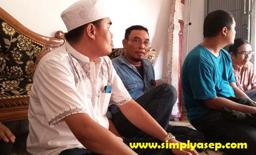 AKRAB.   Bang Toing yang menjadi salah satu sahabat Almarhumah semasa hidupya hadir melayat di rumah duka. Foto Asep Haryono.