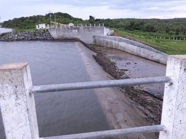 Água já passa por cima do sangradouro do Açude Itaúna