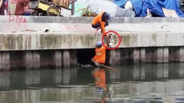 Foto 2 Pria Berseragam Warna Orange Jadi Viral, Lihat Apa yang Diambilnya Dari Sungai