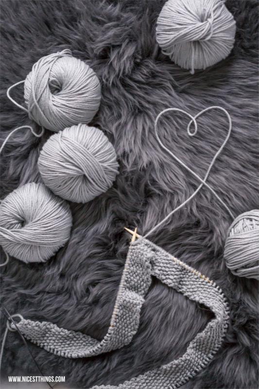 Decke stricken mit grauer Wolle #stricken #knitting #knitters #babydecke #wolle