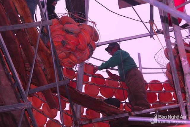 Cây thông Noel độc nhất vô nhị được làm từ hơn 5.000 chiếc nồi đất - Ảnh minh hoạ 5