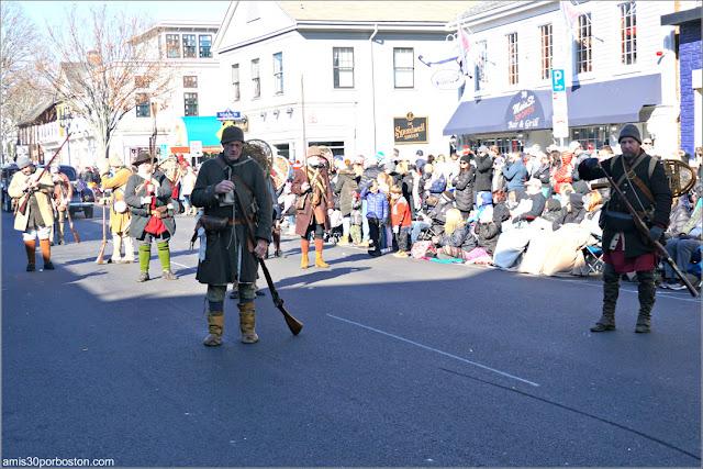 Harmon's Company of Snowshoemen en el Desfile de Acción de Gracias de Plymouth
