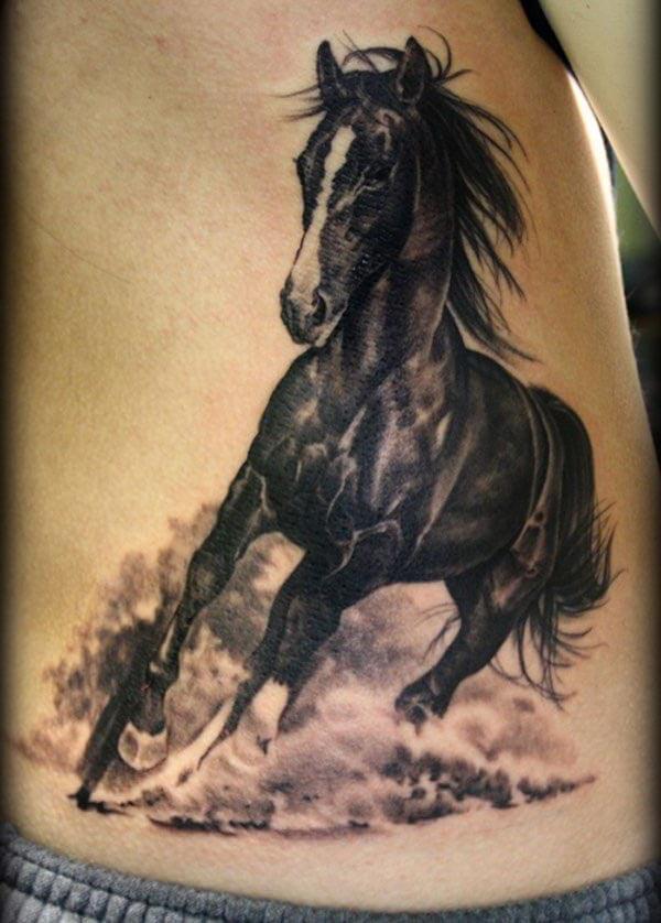 koşan siyah at dövmesi