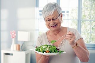 Comer frutas, bastantes vegetales y carnes a la plancha es una excelente alternativa a una dieta llena de grasas y de comidas llenas de carbohidratos especialmente para las personas mayores.