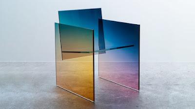 Kaca kromatik berwarna