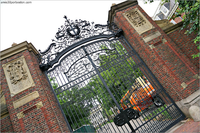 Johnston Gate en la Universidad de Harvard, Cambridge