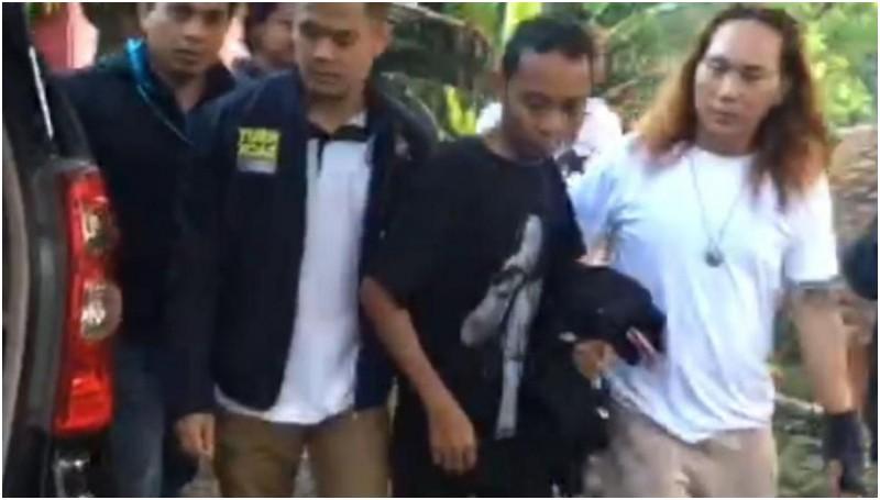 Syahrul Sidik (kaos hitam) diamankan polisi