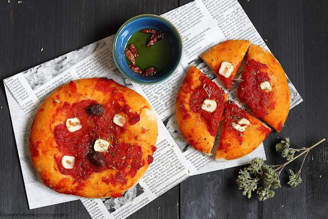 Pizza alla marinara, pomodoro aglio e origano