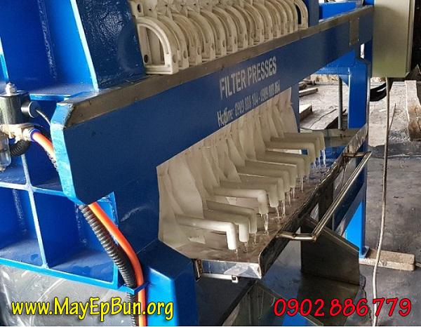 Tách nước bằng máy ép bùn giúp nước thải đạt chuẩn yêu cầu trước khi xả ra bên ngoài