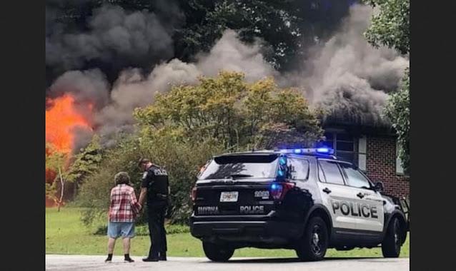 Policial ora e consola mulher que perdeu casa em incêndio, nos EUA