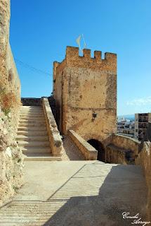 Una de las torres del Castillo de Buñol y escaleras de bajada a la Calle Cid