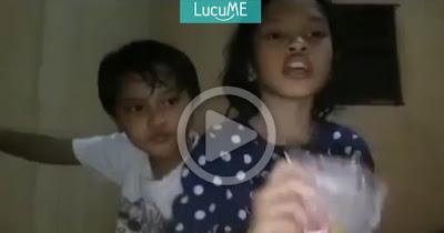 Dua Bocah Ini Buat Vlog 'Give Away' yang Bikin Warganet Ngakak Sampe Nyungsep