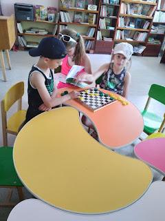 Дети отдыхают младший отдел читальный зал бібліотека-філія №4 М.Дніпро
