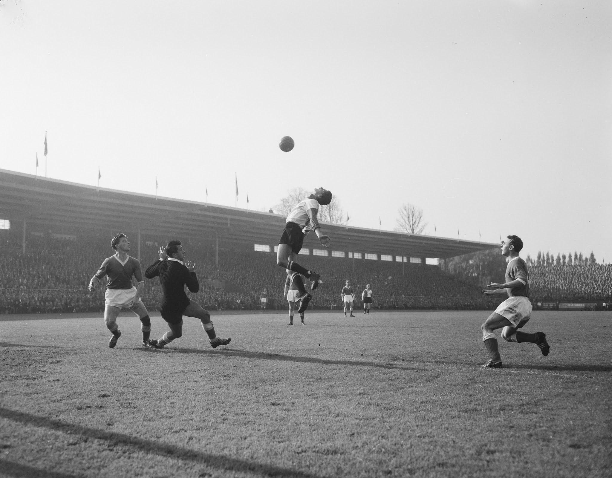 Cor van der Gijp (Feyenoord) contra Eddy Pieters Graafland (Feyenoord)