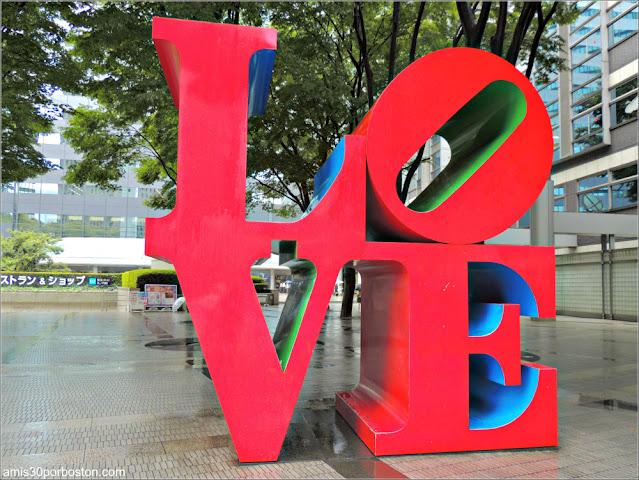 Escultura Love de Robert Indiana en Shinjuku, Tokio