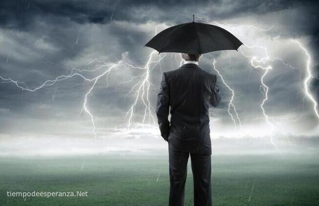 Hombre con paraguas en una tormenta