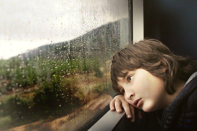 criança vendo a chuva