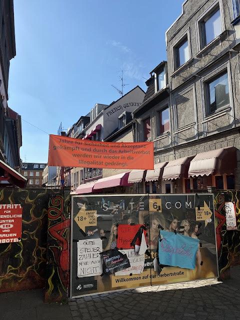 Blick auf den Eingang der Herberstraße in St. Pauli mit Protestplakaten aufgrund des Arbeitsverbotes für Prostituierte