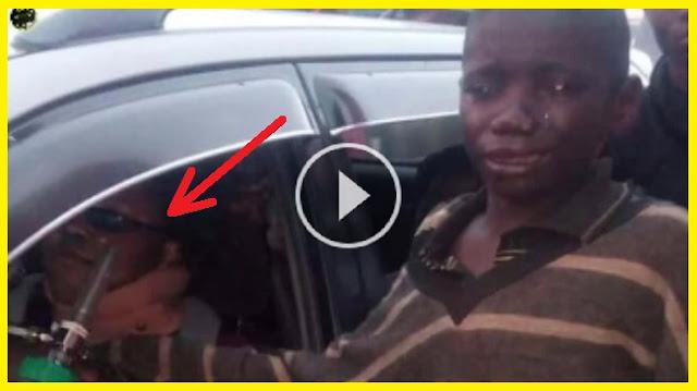 طفل يقترب من سيارة ليطلب حسنة ثم يرى هذا ؟ فينفجر بالبكاء !! يا الله حاول أن لا تبكي عند مشاهدة الفيديو