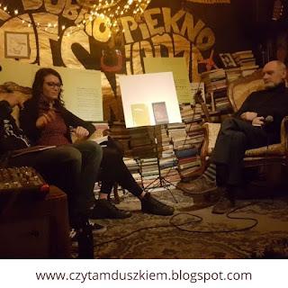 Paula Klama we wrocławskim klubie pieśniarze, stłumione klubowe światło.