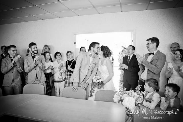 photo bisous des mariés à la mairie