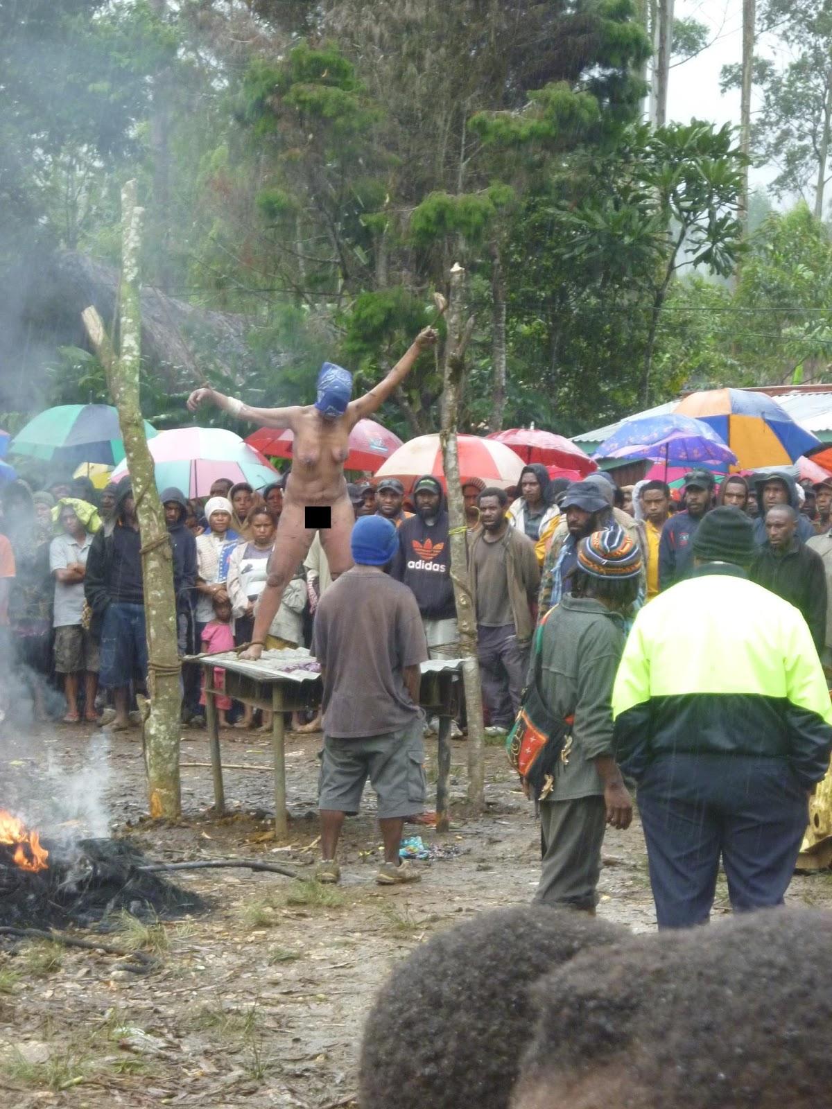 """Image result for foto Perburuan penyihir di  Papua New Guinea"""""""