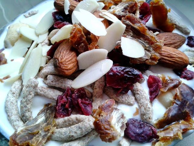 Jogurt naturalny z bakaliami,orzechami i błonnikiem