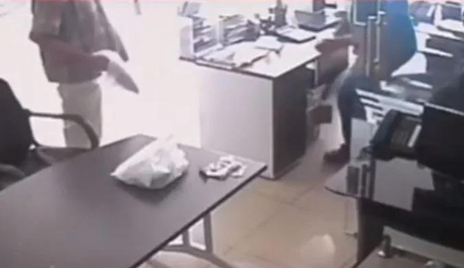 Ladrón armado con un plátano intenta robar una funeraria pero el empleado se dio cuenta