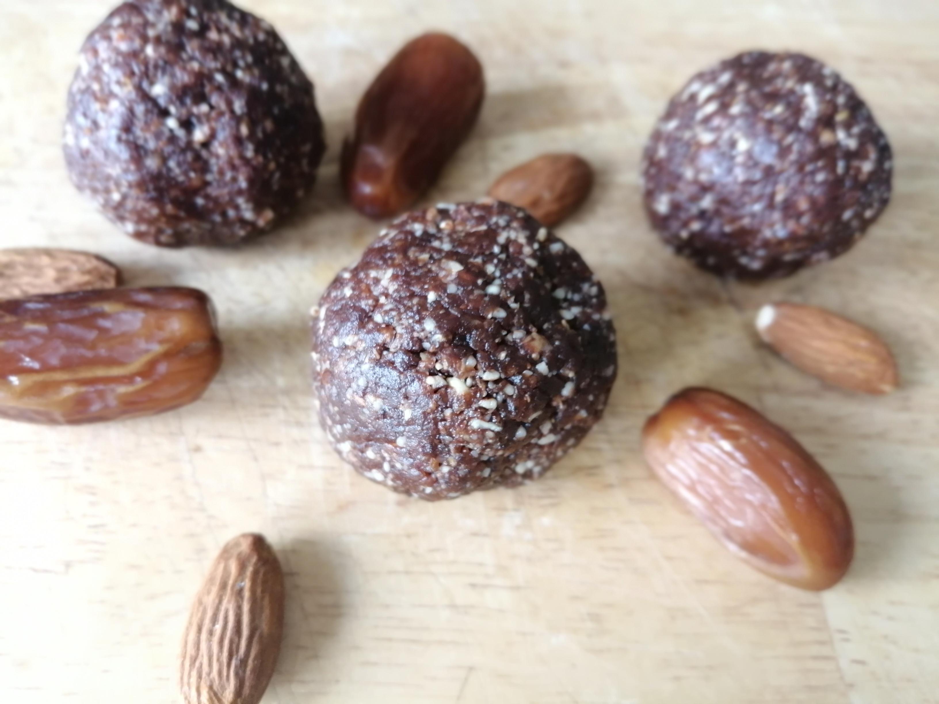 Energy ball à l'amande et à la caroube ( vegan, végétalien, sans gluten, sans sucres ajoutés)