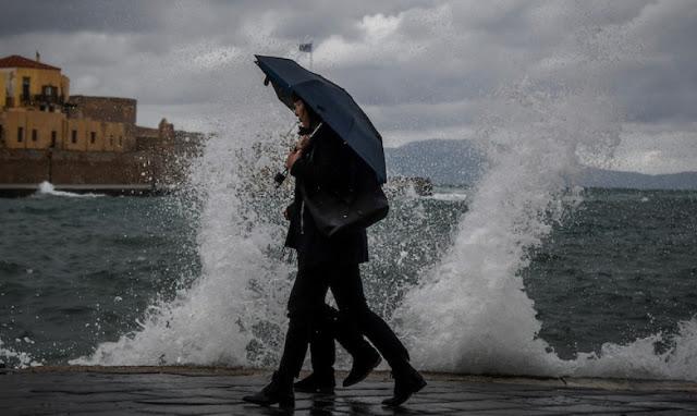 Με βροχές κλείνει η εβδομάδα - Έρχεται χειμώνας από την επόμενη
