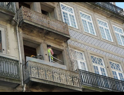 homens em obra de recuperação de edifício no Porto