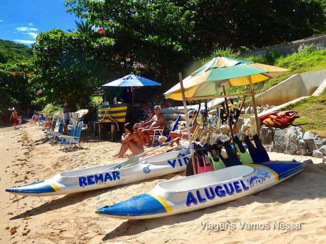 Amendoeiras fazem sombra na Praia da Tartaruga, mar de águas claras, bom para mergulho e prática de esportes