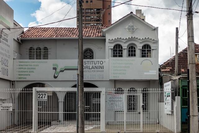 Casa com ornamento de ferro na Lourenço Pinto