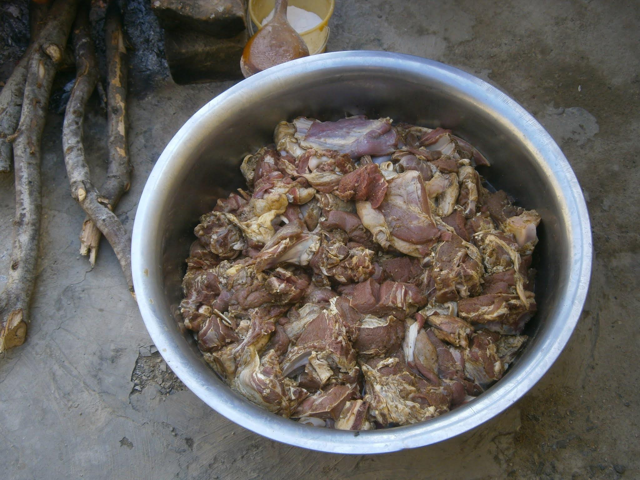 Carne de borrego cortado en presas para una fiesta social