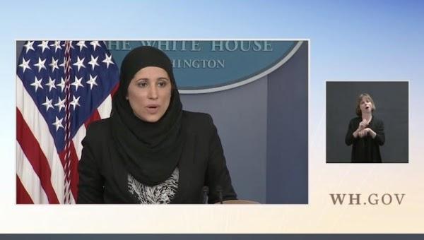 Momen Pejabat AS Berjilbab Beri Arahan di Gedung Putih