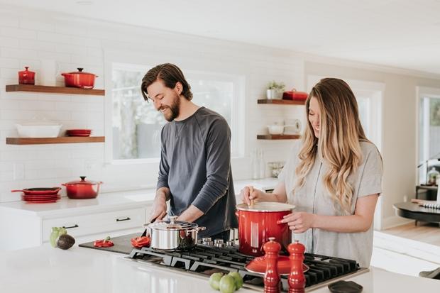 Casal na cozinha cozinhando em casa