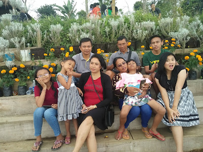 Nyoman Misnawati dan keluarga di  taman Jinja Bali