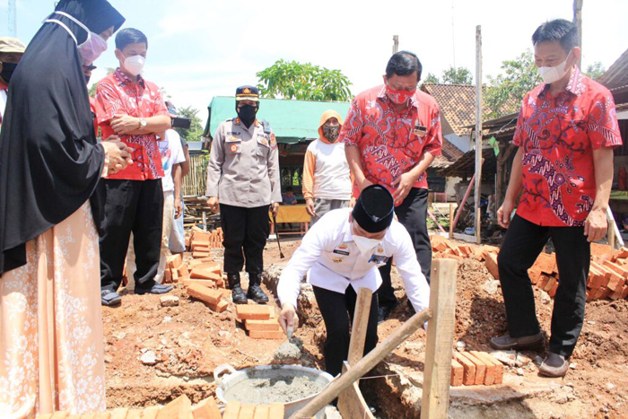 Walikota Metro Meletakan Batu Pertama Bedah Rumah ke-18