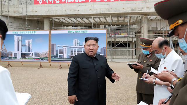 """Kim Jong-un critica la construcción """"descuidada"""" de un hospital en Pionyang y exige despedir a los responsables"""