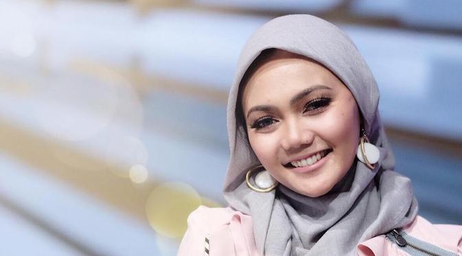 Reaksi Netizen Atas Keputusan Rina Nose Lepas Jilbab