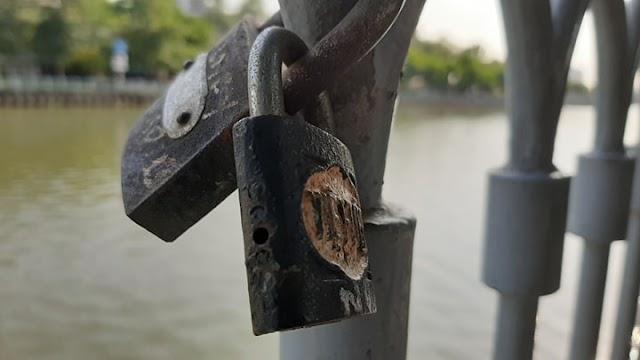 Khóa tình yêu xuất hiện bên kênh Nhiêu Lộc