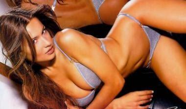 Ερμαφρόδιτη σε κορσέδες πορνό φωτογραφία.
