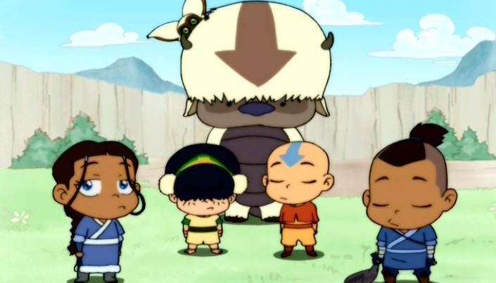Imagem: os personagens de A Lenda de Aang em estilo chibi, ou seja, com a cabeça maior que o corpo, pequenos e em formato caricatura, da direita para a esquerda, Katara, em roupas azuis e brancas, com cabelo castanho e olhos azuis, Toph, com os cabelos pretos cobrindo os olhos, roupas amarelas com detalhes verdes e uma faixa das mesmas cores na cabeça, Appa, um bisão com o pelo branco e uma seta na cabeça marrom, em pé com o Momo na cabeça, Aang, um garoto careca com uma seta azul na cabeça e roupas laranja e amarelas e Sokka, um garoto com cabelos raspados do lado, um rabo de cavalo curto, em roupas azuis com detalhes brancos, botas segurando um peixe. O fundo é composto por um vale e montanhas por trás.