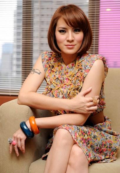 Foto Model-Model Cantik Indonesia Tercantik cantal Della Concetta Model Igo Cantik Terbaru Pose Menantang gaun pendek
