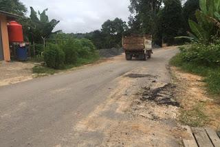 Gencar-gencar perbaki Jalan, Ehh, ada Excvator Seenaknya Mutar Di Jalan Aspal