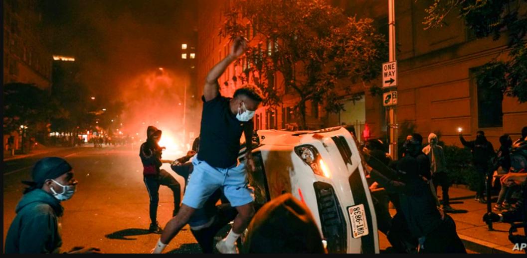 Manifestantes vandalizan vehículos cerca de la Casa Blanca el 31 de mayo de 2020, durante las protestas por la muerte de George Floyd / AP