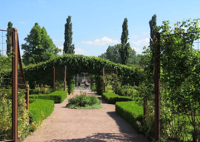 Parken rammes inn av lave hekker og flotte portaler. Rosenlund rosarium i Jönköping, Småland