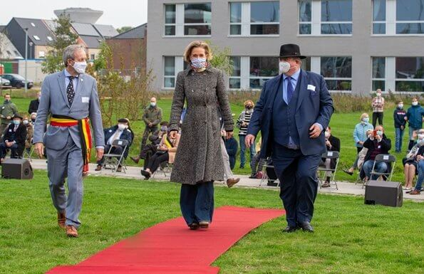 Princess Delphine of Belgium and King Albert II.  King Philippe, Queen Mathilde and Crown Princess Elisabeth. She wore grey wool long coat